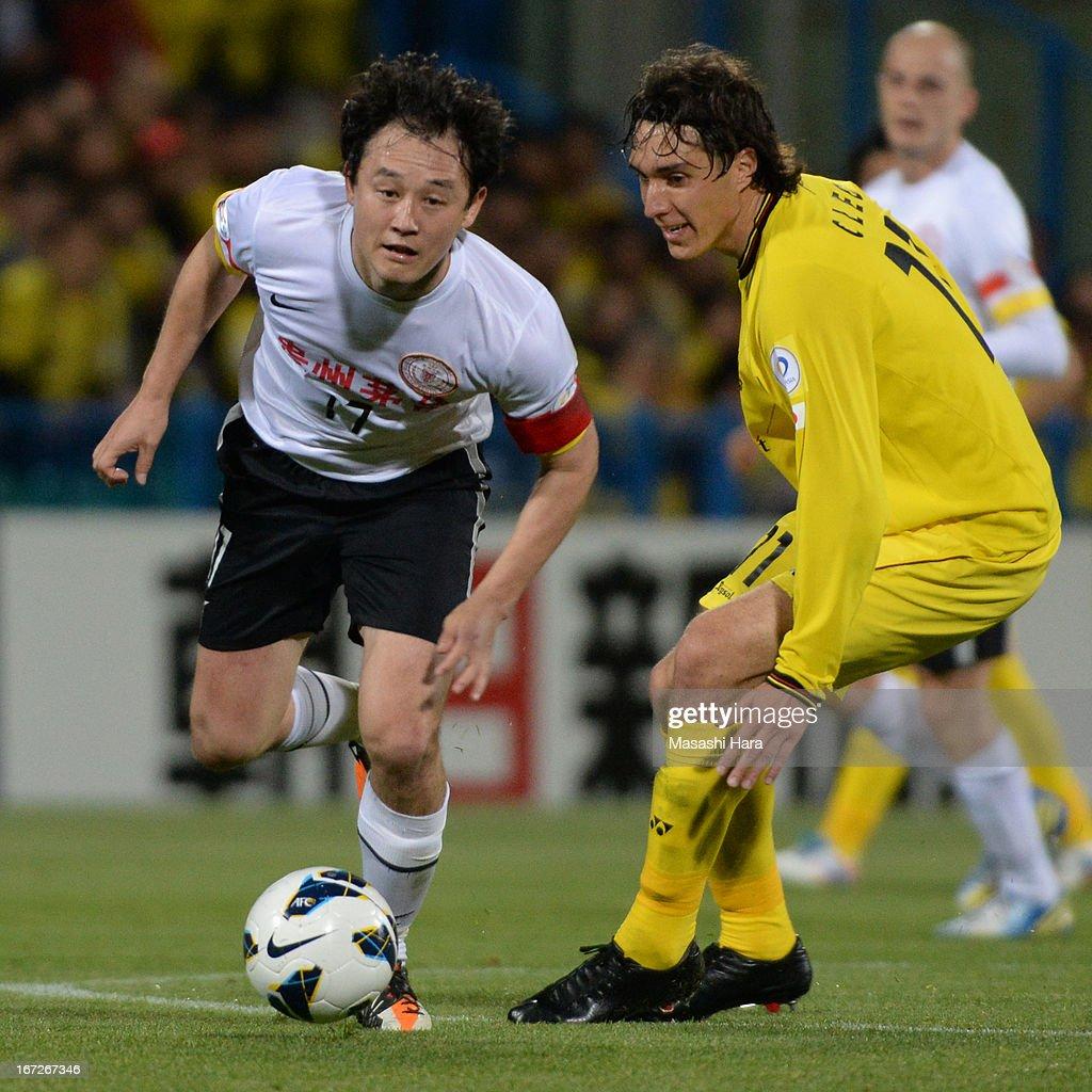 Sun Jihai #17 of Guizhou Renhe (L) in action during the AFC Champions League Group H match between Kashiwa Reysol and Guizhou Renhe at Hitachi Kashiwa Soccer Stadium on April 23, 2013 in Kashiwa, Japan.