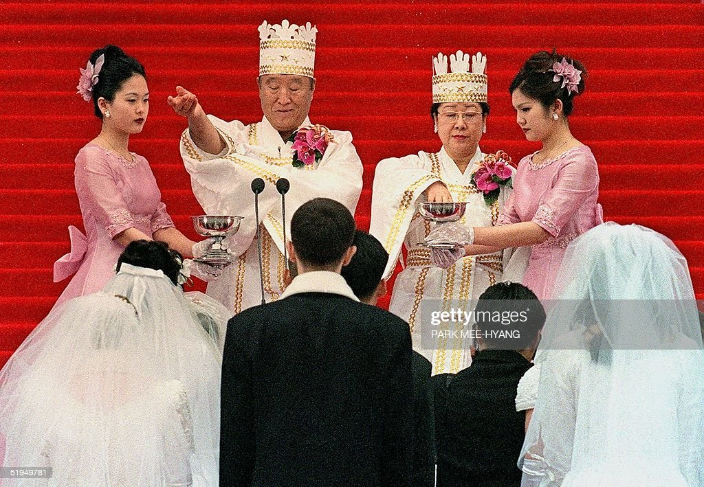 Sun Myung Moon (2nd L), founder of the Unification Church, and his wife (2nd R) bless the brides and the grooms in a mass wedding ceremony at Chamsil Olympic Stadium in Seoul 13 February 2000. Unification Church founder Moon married some 60,000 of his believers, many renewing their vows. AFP PHOTO