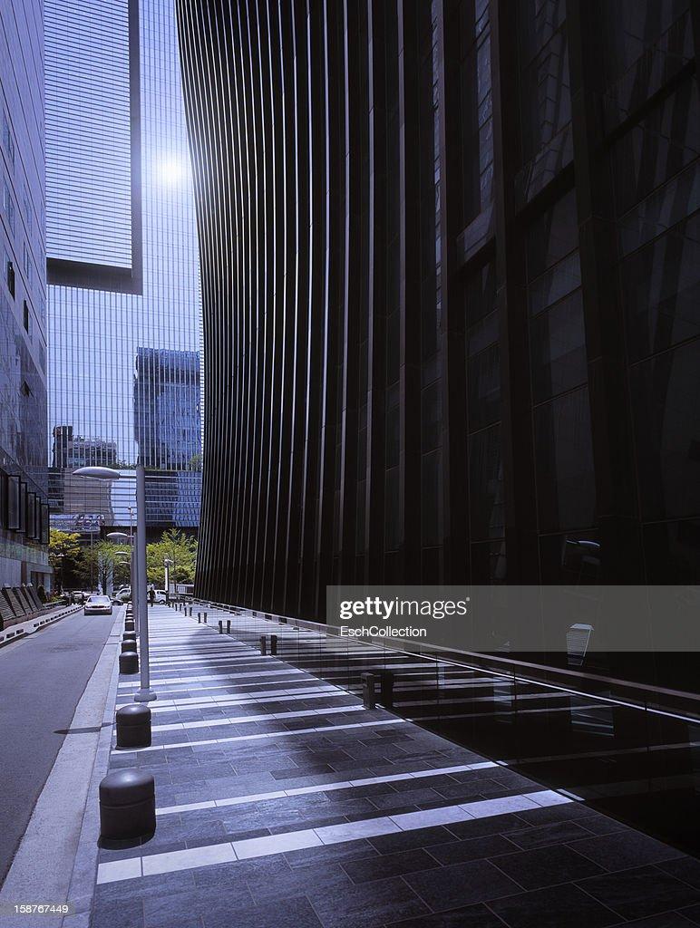 Sun reflecting in modern office facade : Stock Photo