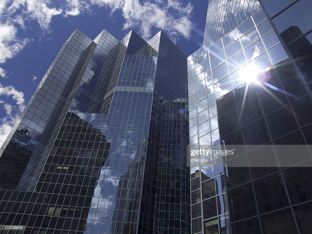 Réflexion du soleil dans un immeuble de bureaux : Photo