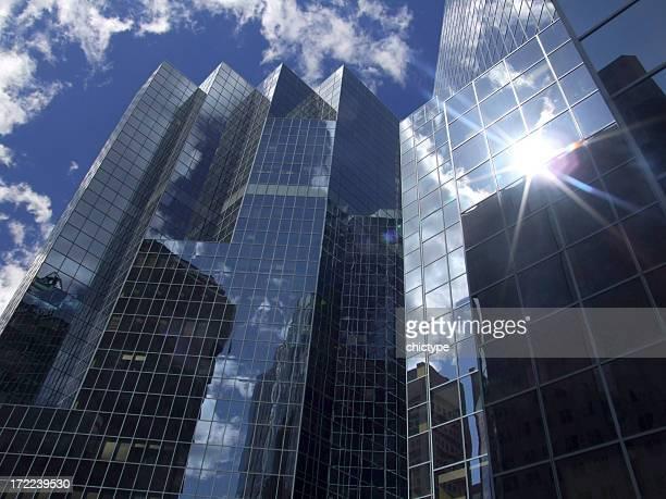 Réflexion du soleil dans un immeuble de bureaux