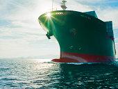 Sonne scheint durch Schleife cargo Schiff