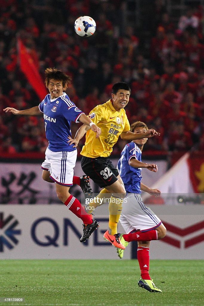 <a gi-track='captionPersonalityLinkClicked' href=/galleries/search?phrase=Sun+Xiang&family=editorial&specificpeople=2167195 ng-click='$event.stopPropagation()'>Sun Xiang</a> #32 of Guangzhou Evergrande and Shingo Hyodo #7 of Yokohama F. Marinos battle for the ball during the AFC Asian Champions League match between Yokohama F. Marinos and Guangzhou Evergrande at the Nissan Stadium on March 12, 2014 in Yokohama, Japan.