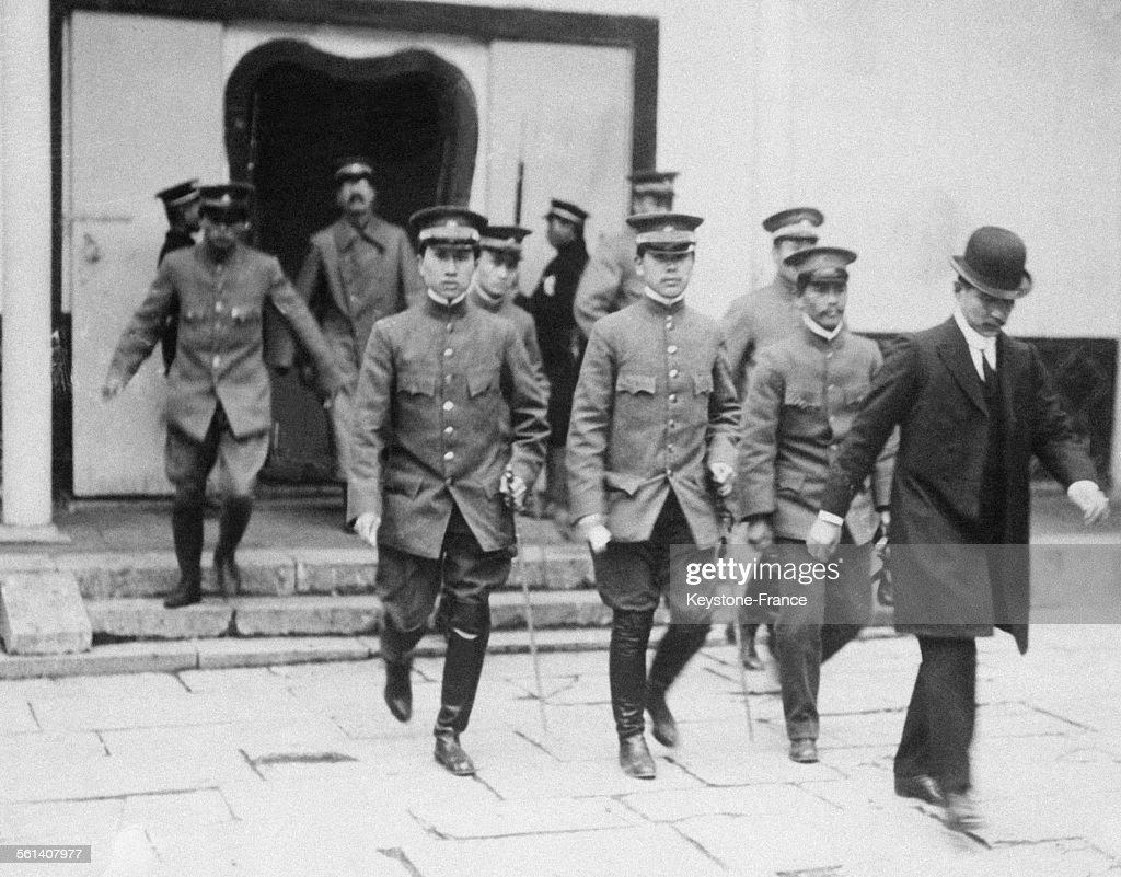 Sun Yat-sen, à droite en civil, avec son état-major, se rend à une réunion de cabinet, circa 1920 en Chine.