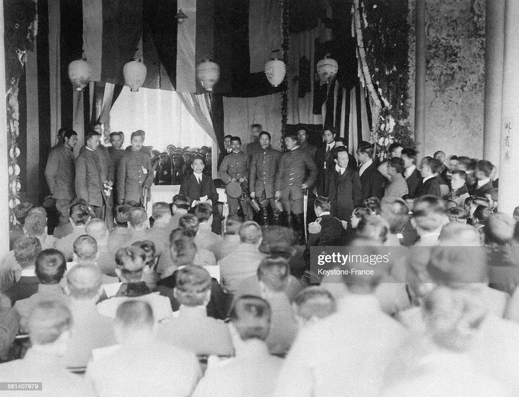 Sun Yat-sen, en civil avec son état-major, s'adressant aux membres du gouvernement, circa 1920 en Chine.