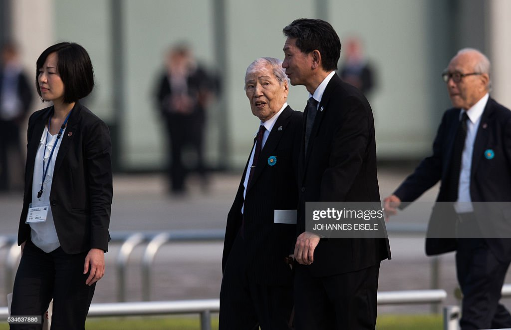 Sunao Tsuboi, a survivor of the atomic bombing of Hiroshima, arrives at the Hiroshima Peace Memorial park in Hiroshima on May 27, 2016. US President Barack Obama was to make history later on May 27 when he travels to Hiroshima -- becoming the first sitting US leader to visit the site that ushered in the age of nuclear conflict. / AFP / JOHANNES