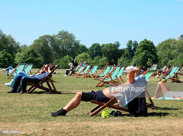 Las personas que toman sol en Hyde Park de Londres