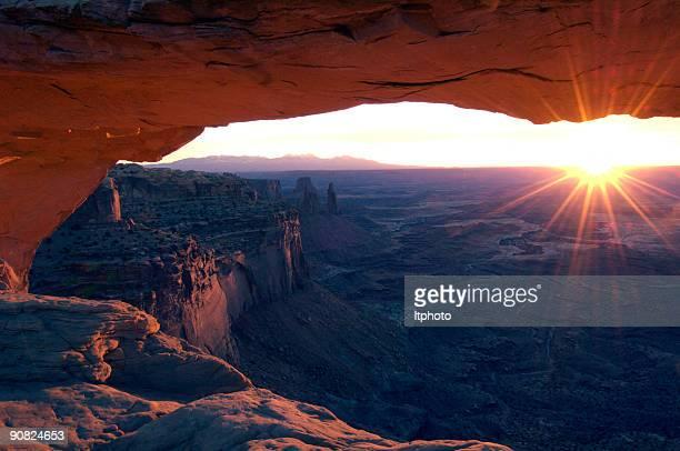 Sunburst a través de Mesa Arch
