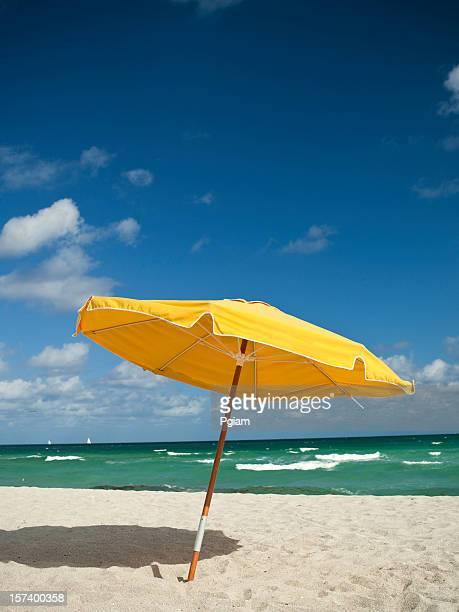 Sunchairs y sombrilla en la playa