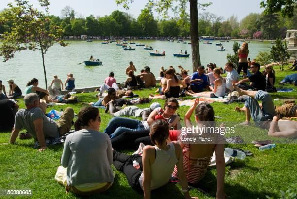 Sunday crowds in Parque del Buen Retiro.