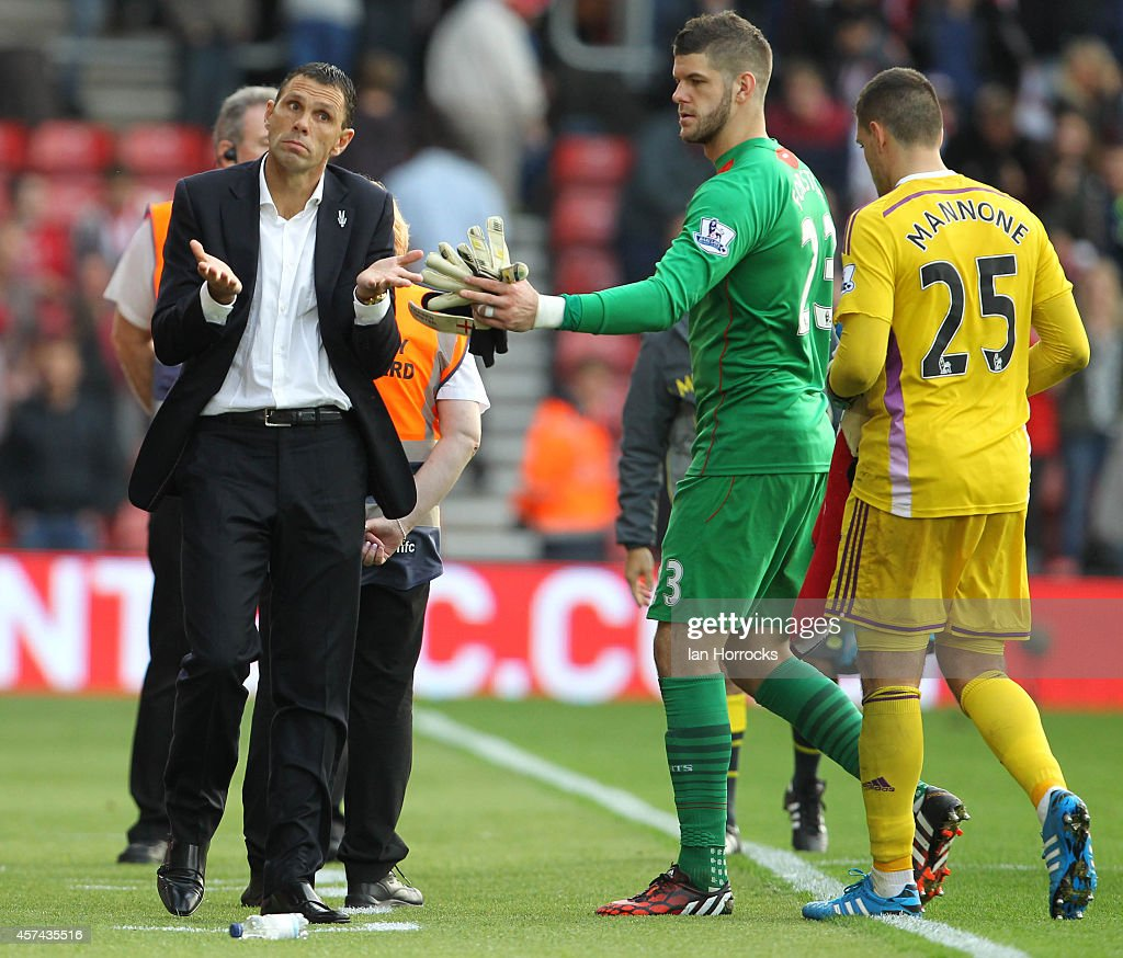 Sunderland manager Gus Poyet at the end of the Barclays Premier League match between Southampton and Sunderland at St Mary's Stadium on October 18, 2014 in Southampton, England.