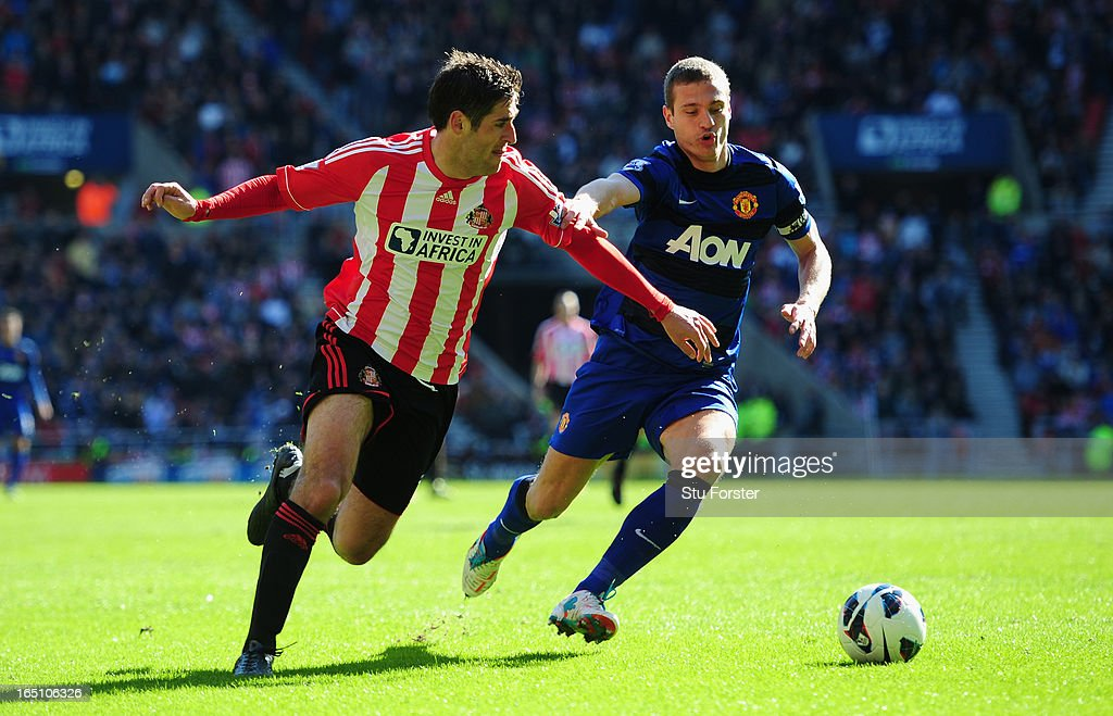 Sunderland player Danny Graham (l) challenges Manchester United defender <a gi-track='captionPersonalityLinkClicked' href=/galleries/search?phrase=Nemanja+Vidic&family=editorial&specificpeople=497253 ng-click='$event.stopPropagation()'>Nemanja Vidic</a> during the Barclays Premier League match between Sunderland and Manchester United at Stadium of Light on March 30, 2013 in Sunderland, England.