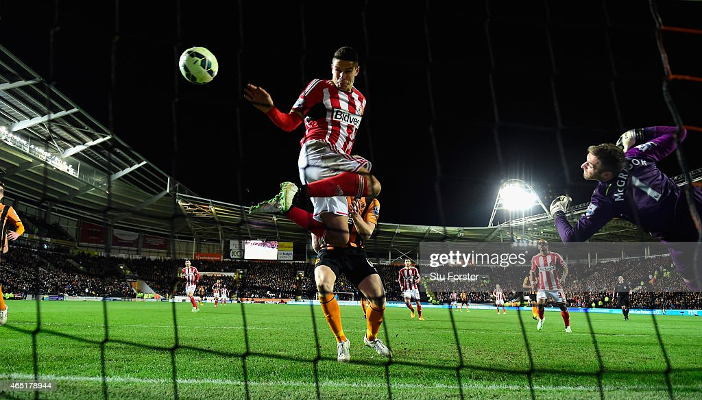 Sunderland player Jack Rodwell scores the first Sunderland goal past Hull goalkeeper Allan McGregor during the Barclays Premier League match between Hull City and Sunderland at KC Stadium on March 3, 2015 in Hull, England.