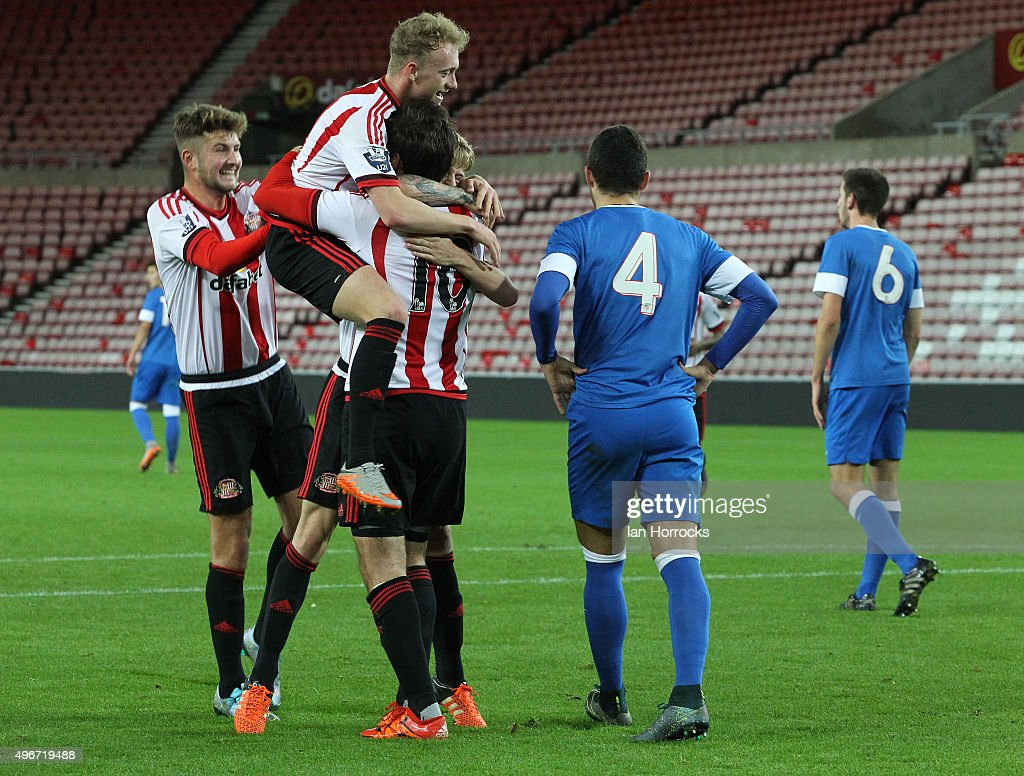Sunderland players celebrate <a gi-track='captionPersonalityLinkClicked' href=/galleries/search?phrase=Danny+Graham+-+Fu%C3%9Fballspieler&family=editorial&specificpeople=11679831 ng-click='$event.stopPropagation()'>Danny Graham</a>'s (#10) opening goal during the Barclays Premier League International Cup match between Sunderland and Athletic Bilbao at the Stadium of Light on November 11, 2015 in Sunderland, England.