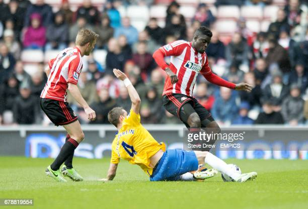 Sunderland's Alfred N'Diaye and Southampton's Morgan Schneiderlin battle for the ball