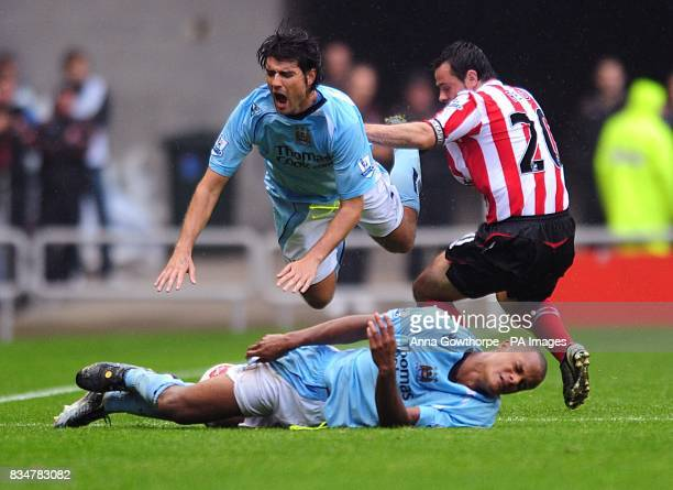 Sunderland's Andy Reid and Manchester City's Vincent Kompany and Vedran Corluka battle for the ball