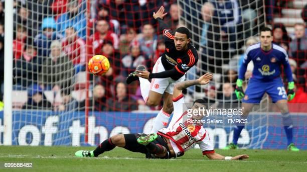 Sunderland's DeAndre Yedlin challenges Manchester United's Memphis Depay