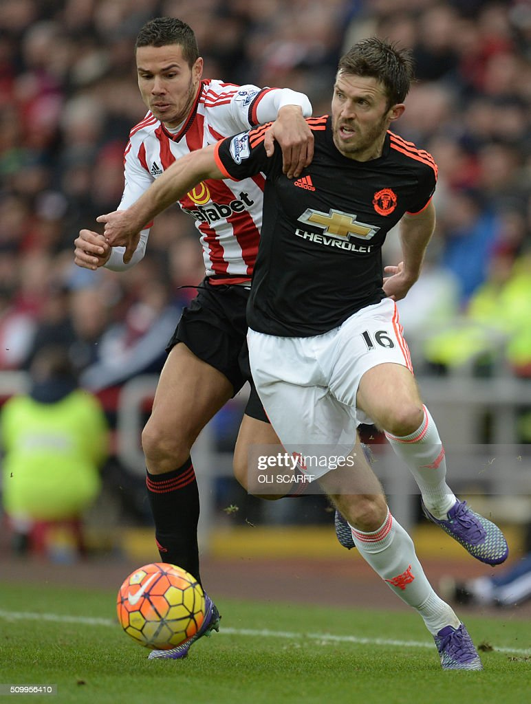 Sunderland's English midfielder Jack Rodwell (L) vies with Manchester United's English midfielder Michael Carrick during the English Premier League football match between Sunderland and Manchester United at the Stadium of Light in Sunderland, northeast England on February 13, 2016. / AFP / OLI SCARFF / RESTRICTED TO EDITORIAL USE. No use with unauthorized audio, video, data, fixture lists, club/league logos or 'live' services. Online in-match use limited to 75 images, no video emulation. No use in betting, games or single club/league/player publications. /