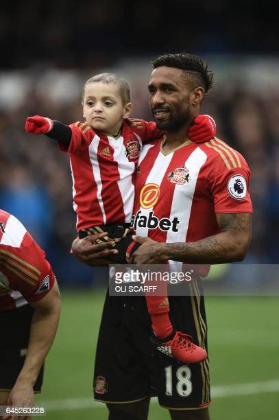 Sunderland's English striker Jermain Defoe holds Bradley Lowery ahead of the English Premier League football match between Everton and Sunderland at...