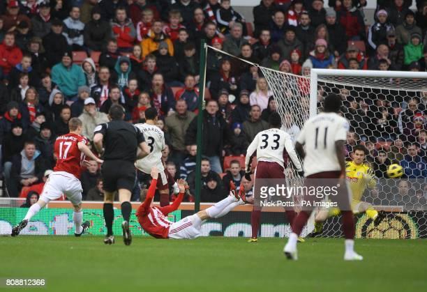 Sunderland's Kieran Richardson scores the first goal of the game past Stoke City goalkeeper Asmir Begovic