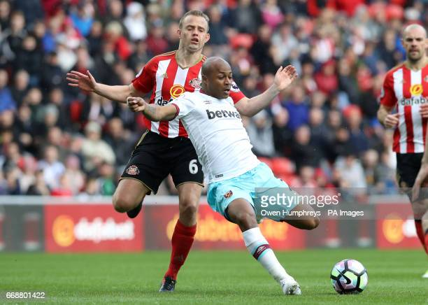 Sunderland's Lee Cattermole and West Ham United's Andre Ayew battle for the ball during the Premier League match at the Stadium of Light Sunderland