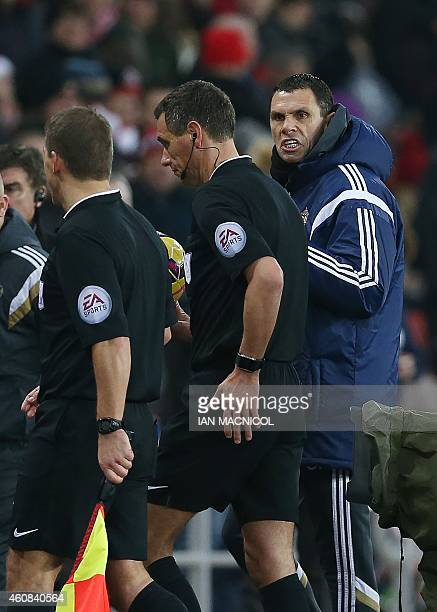 Sunderlands Uruguayan manager Gus Poyet talks to referee Andre Marriner during the English Premier League football match between Sunderland and Hull...