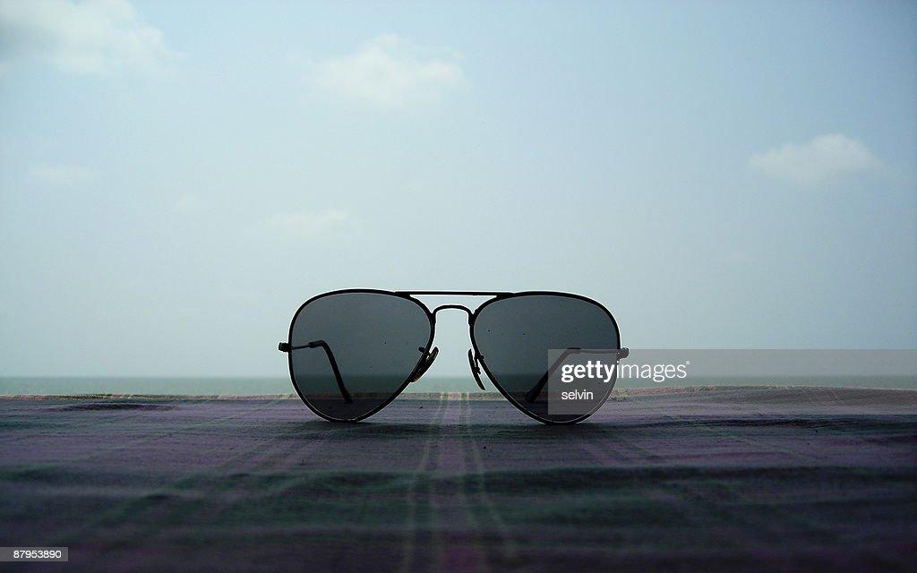 Sunglasses on a beachside resort : Foto de stock