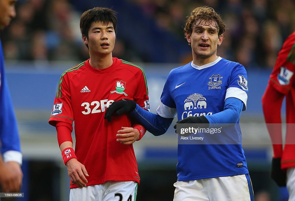 Sung-Yeung Ki of Swansea City and <a gi-track='captionPersonalityLinkClicked' href=/galleries/search?phrase=Nikica+Jelavic&family=editorial&specificpeople=5986831 ng-click='$event.stopPropagation()'>Nikica Jelavic</a> of Everton wait for a corner during the Barclays Premier League match between Everton and Swansea City at Goodison Park on January 12, 2013 in Liverpool, England.