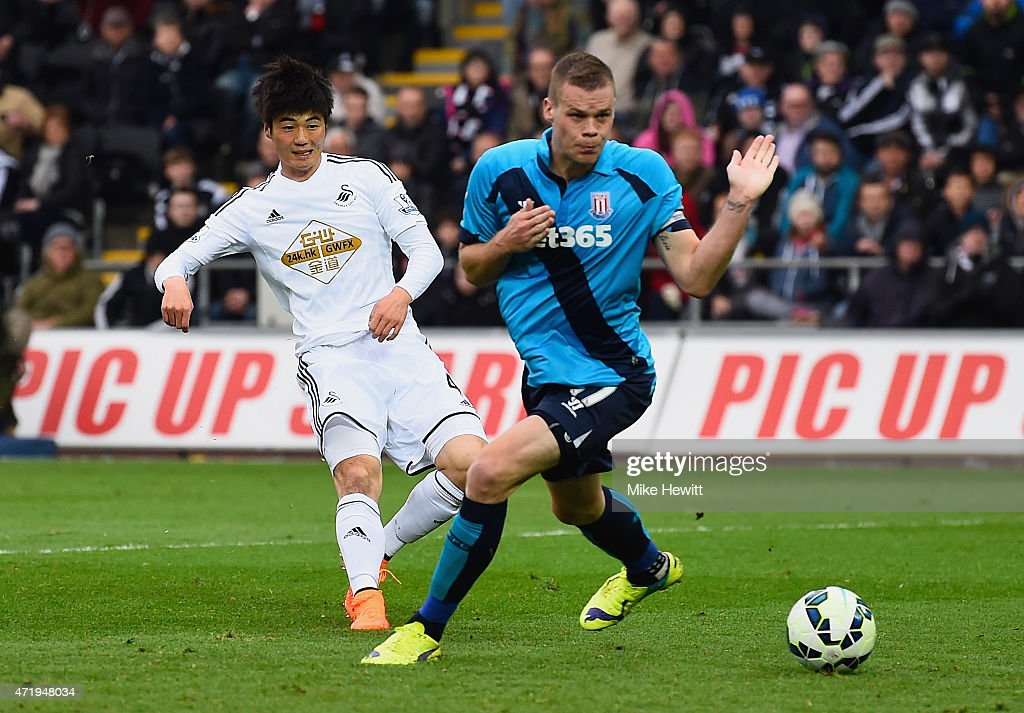 Sung-Yueng Ki of Swansea City scores his team's second goal during the Barclays Premier League match between Swansea City and Stoke City at Liberty Stadium on May 2, 2015 in Swansea, Wales.