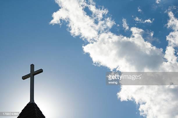 Sonnendurchflutete Cross und Kirchturmspitze