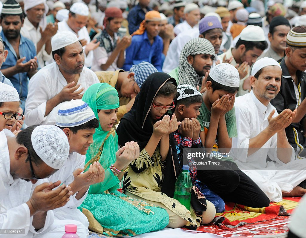 Sunni Muslims offering Alvida Namaj at Tile vali masjid on July 1, 2016 in Lucknow, India. Eid-Ul-Fitr will be observed in India on July 6 or 7, depending on the sighting of the moon. The submissions should be done till July 3, 11 am.