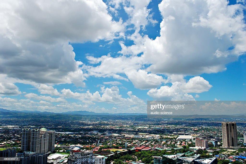 明るい空からのパノラマに広がる街の眺め : ストックフォト