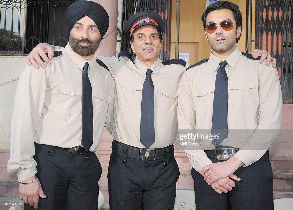 Sunny and Bobby Deol with dad Dharmendra on the sets of the film Yamla Pagla Deewana n Mumbai on November 24, 2010.