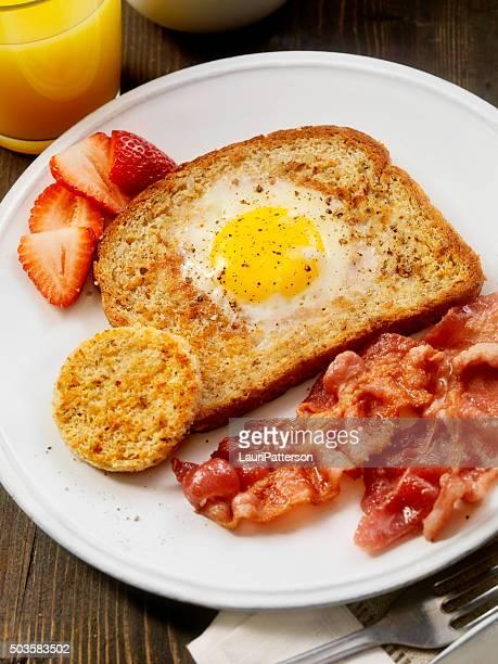 Bue uova con pancetta in una buca