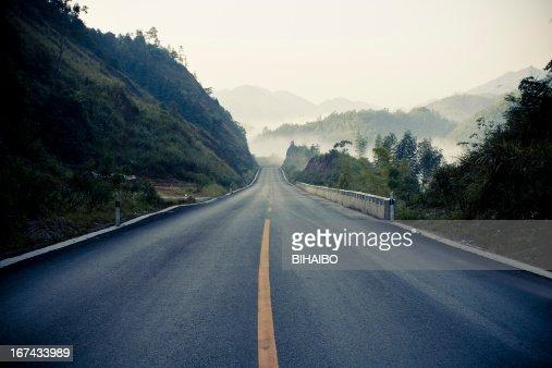 Amanecer durante la mañana Mist-carretera asfaltada : Foto de stock