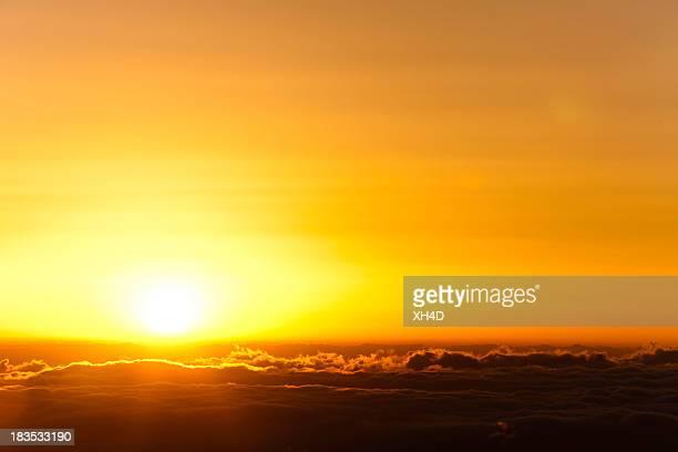Lever du soleil en mer de nuages