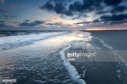Amanecer en el mar del norte de la playa : Foto de stock