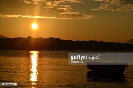 Nascer do sol sobre o mar : Foto de stock