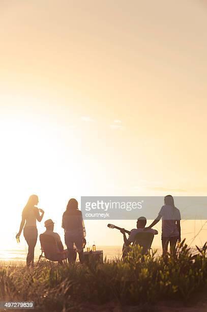 Sunset Beach-party mit einer Gruppe von Freunden