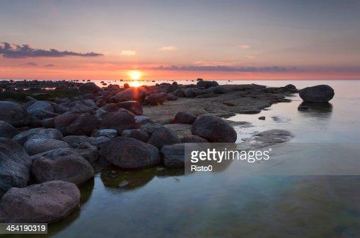 Pôr do sol atrás das rocky coast : Foto de stock