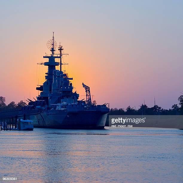 Coucher de soleil derrière l'USS North Carolina
