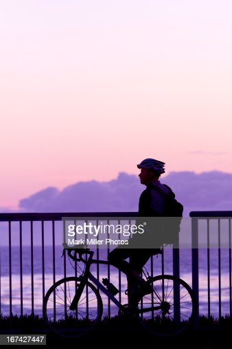 Sunset Contemplation while Bicycling on Shoreline : Foto de stock