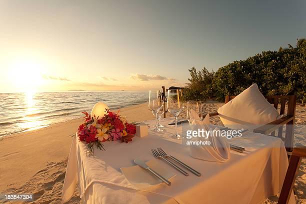 table de dîner au coucher du soleil