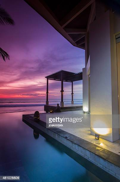 Puesta de sol en un resort en el mar