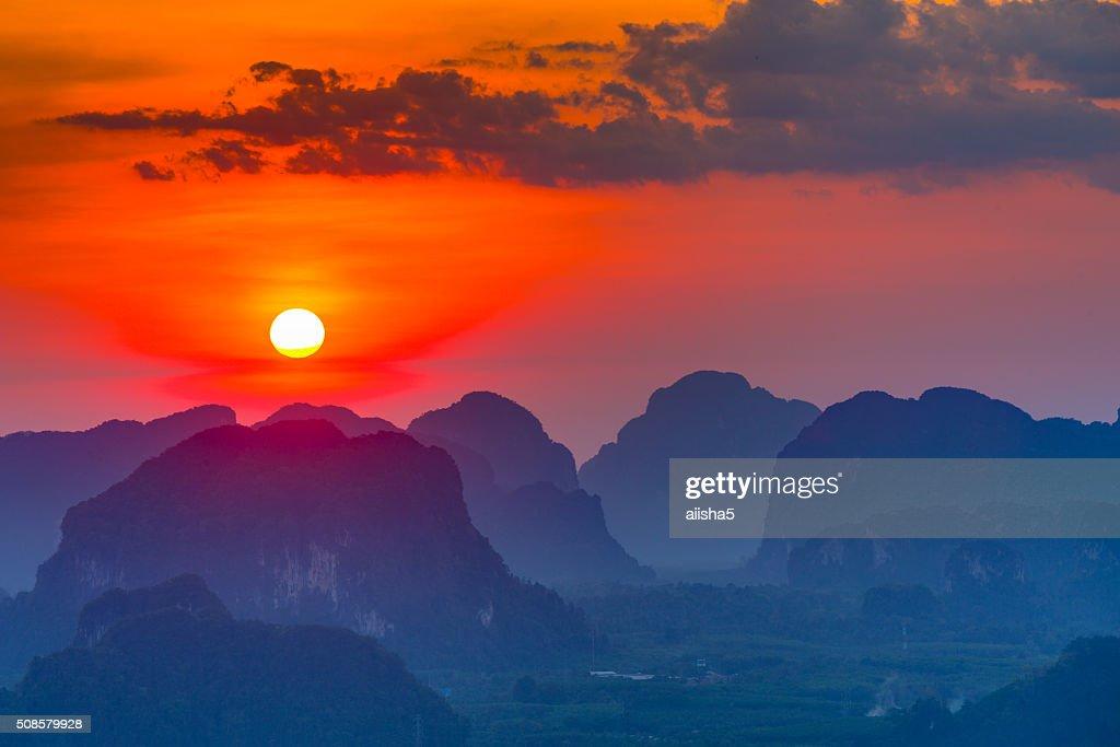Coucher du soleil de Krabi les montagnes : Photo