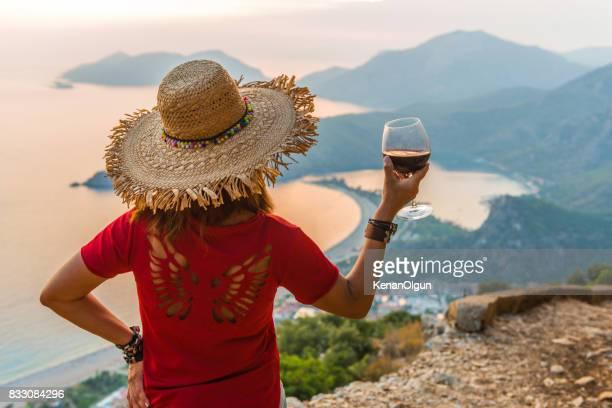 Coucher de soleil à oludeniz. A bientôt. La femme qui boit le vin.