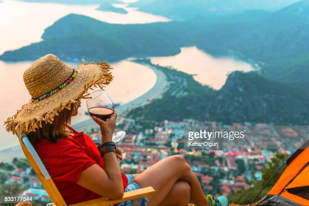 Coucher de soleil à oludeniz. La femme qui boit le vin. A bientôt.