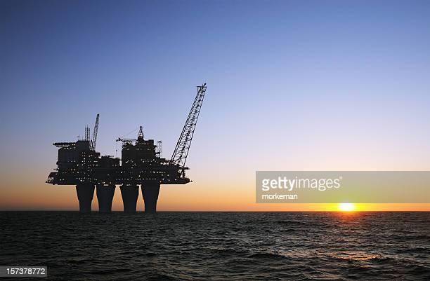 Coucher du soleil de la plate-forme offshore