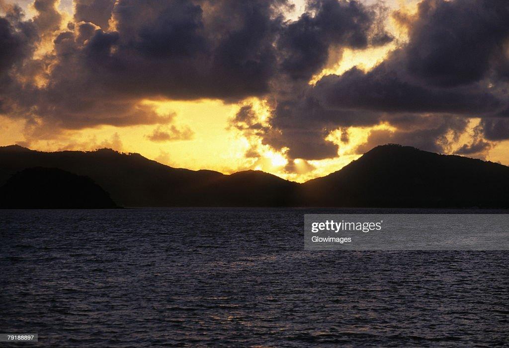 Sunset over an island, Phi Phi Islands, Andaman Sea, Thailand : Foto de stock
