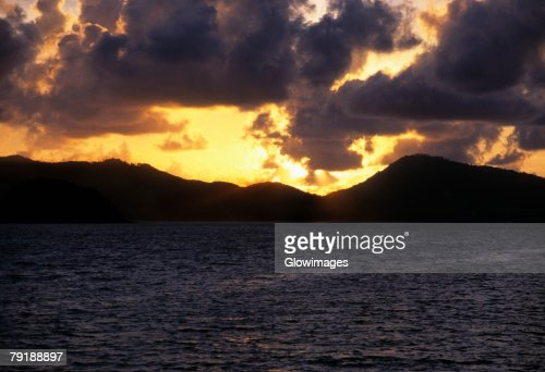 Sunset over an island, Phi Phi Islands, Andaman Sea, Thailand : Foto de stock